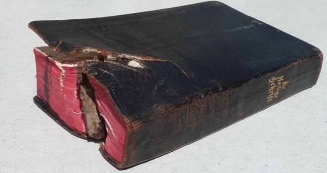 Bibbia custodita nel taschino di un soldato dilaniata da un proiettile