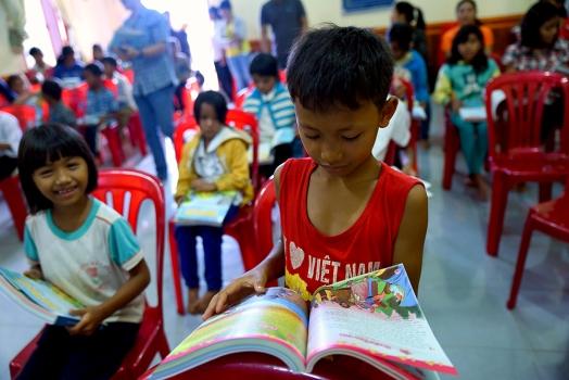 Dona una Bibbia ad un bambino